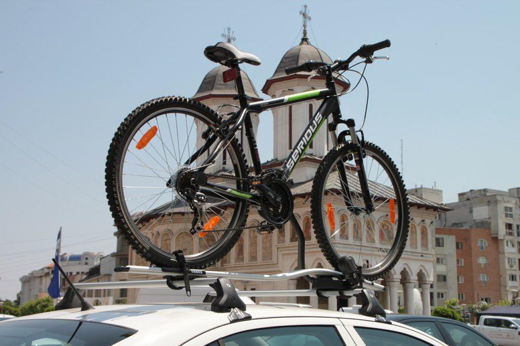 Vélo sur un porte-vélos d'une voiture